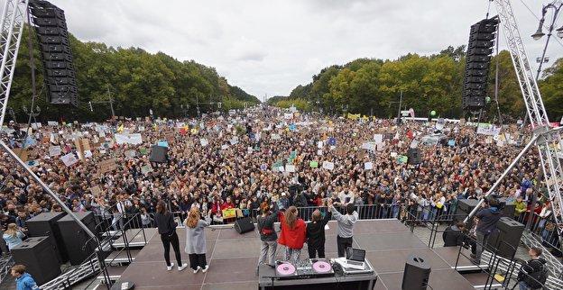 Blick vom Brandenburger Tor auf die Demo am 20.09.